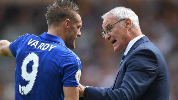 Ranieri charla con Jamie Vardy sobre el campo. Foto: premierleague