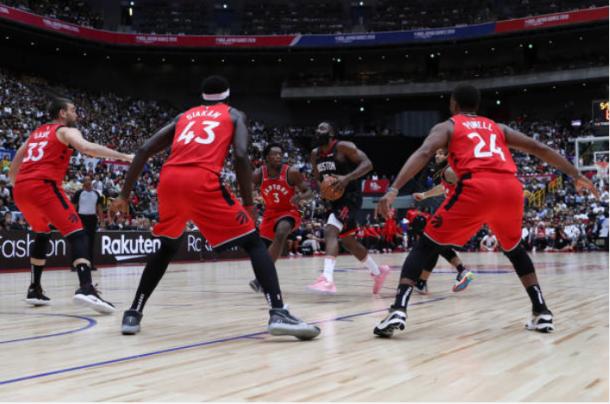 La defensa de los Raptors rodea a James Harden | Foto: Getty Images