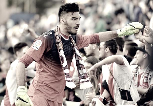Gazzaniga saludando a la afición tras un partido. Foto: Rayo Vallecano S.A.D