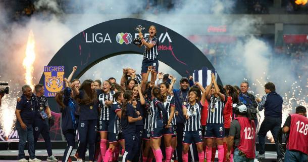 Rayadas levantando su primer título. Foto: Mexsport