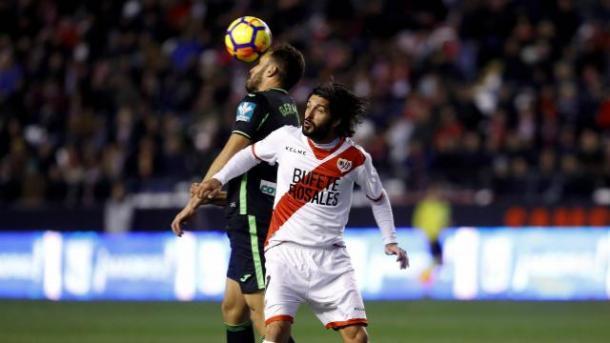 Germán y Domínguez pugnan por un balón en un partido muy igualado | Foto: La Liga