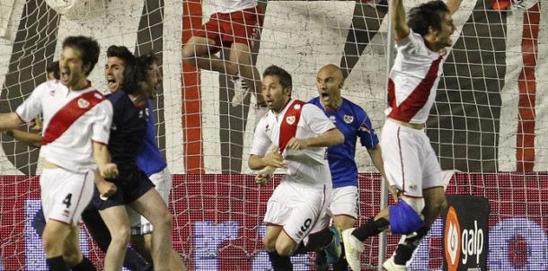 Tamudo celebra su gol frente al Granada que dió la permanencia al Rayo | Fotografía: Rayo Vallecano