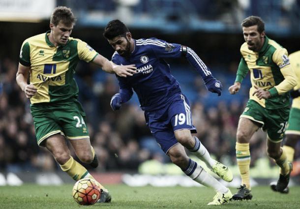 Diego Costa midiéndose al Norwich. | Foto: Getty