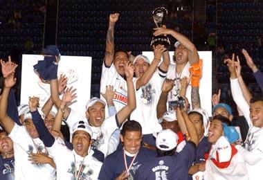 Luis Pérez levantando el título. Foto: Notimex