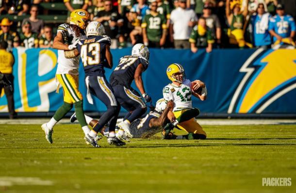 Aaron Rodgers capturado por 3era ocasión en el partido. (Foto: www.packers.com)