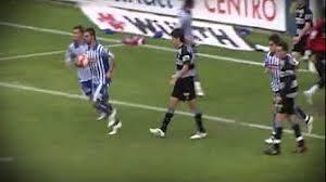 Adrián, con el balón, tras marcar el empate a uno. Fuente: corazontxuriurdin.blogspot.com