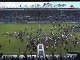 Invasión de aficionados, en Mendizorroza, al final del encuentro. Fuente: youtube.com