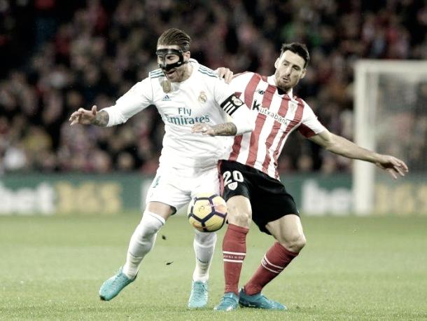Sergio Ramos con Aritz Aduriz luchan por el esférico   Foto: Getty Images