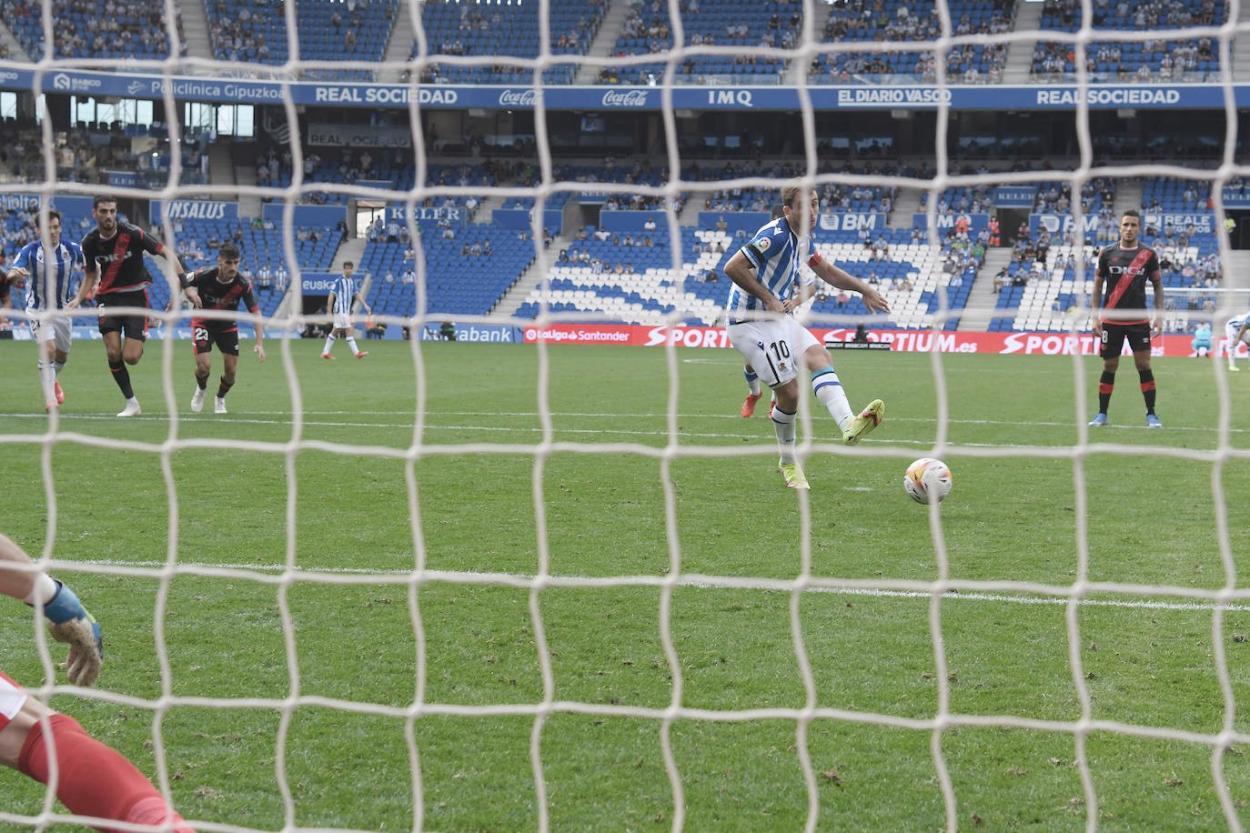 Oyarzabal engaña a Stole Dimitrievski estableciendo el 1-0 definitivo en el marcador. Foto: José Mari López.