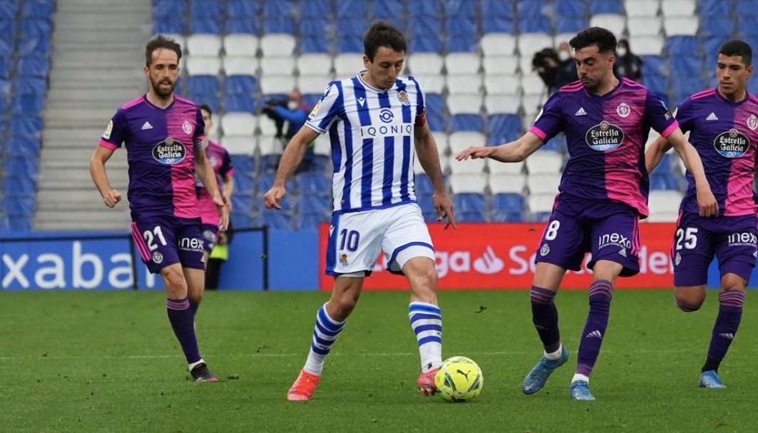 Oyarzabal conduce el balón ante el Valladolid // Foto: Real Sociedad