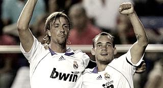 Guti y Sneijder celebrando uno de los cinco goles. (www.realmadrid.com)