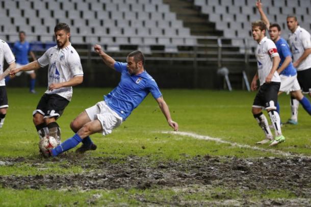 Cervero pelea un balón en mitad del barro en un Oviedo-Salamanca (Foto: LNE)