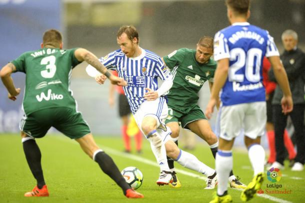 Zurutuza lleva el balón en el partido contra el Betis. / Foto: La Liga