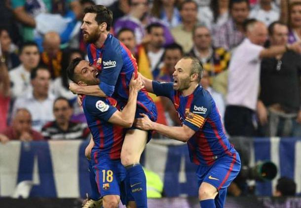 Jordi Alba e Iniesta portano in trionfo Messi