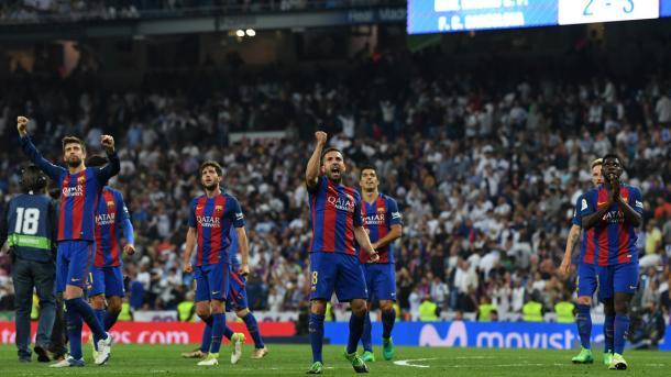I giocatori del Barça festeggiano dopo la vittoria del Clasico