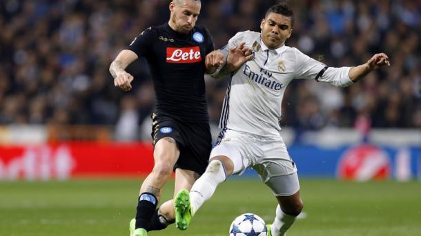 La lotta del Bernabeu tra Hamsik e Casemiro - Foto Corriere dello Sport