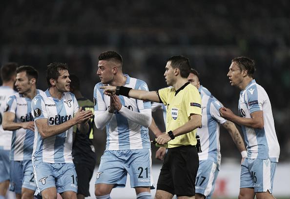 Pênalti marcado gerou muita contestação por parte dos jogadores da Lazio. Foto: (Paolo Bruno/Getty Images)