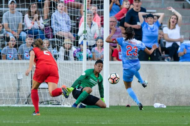 Christen Press beats goalkeeper Adrianna Franch for the goal | Photo: Chicago Red Stars - @chicagoredstars Twitter
