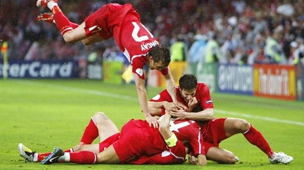 Los turcos celebran el gol de Nihat que significó el pase a cuartos. | Foto: UEFA.com