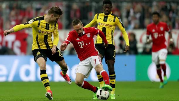 Ribéry encarando a Piszczek esta temporada   Foto: FC Bayern