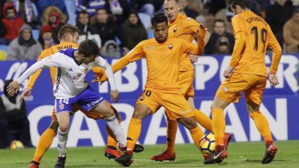Los exazulgranas Gus Ledes y Àlex Carbonell peleando un balón contra el Zaragoza | Foto: La Liga 1|2|3