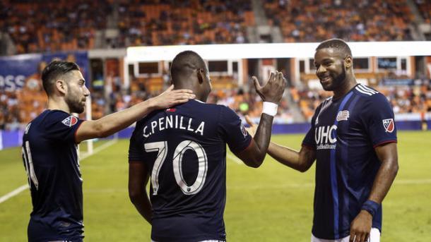 Los 'Revs' celebrando el tanto de Penilla en Houston. / Foto: USA Today