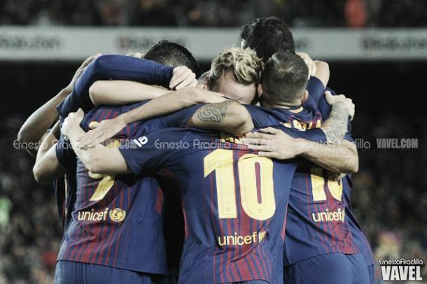 Los futbolistas del Barça celebrando un gol   Ernesto Aradilla - VAVEL