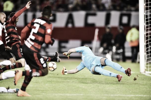 Rodinei cruza, mas Rhodolfo não consegue chegar na bola e Fla perde boa chance de gol. Foto: Staff Images/Flamengo