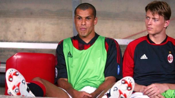 Rivaldo no banco de reservas do Milan (Foto: Reprodução)