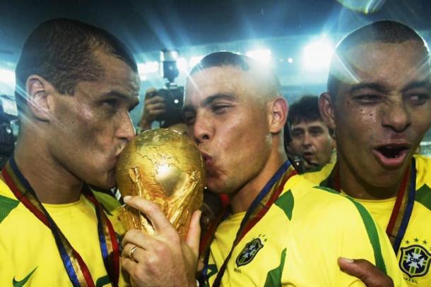 Rivaldo e Ronaldo beijando a taça da Copa do Mundo (Foto: Reprodução/Fifa)