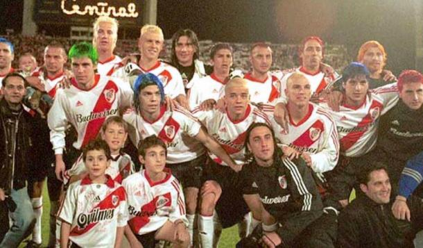 FOTO: River campeón del Clausura. Última fecha, como promesa se pintan el pelo. 2002.