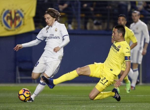 Luka Modris difende il pallone