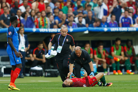 Ronaldo (centre) came off twice, received treatment but was unable to continue after his knee injury. | Photo: Getty