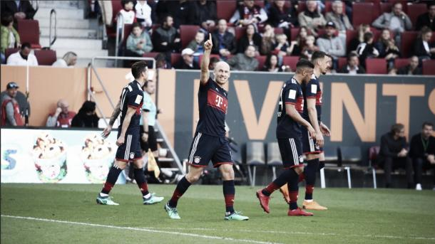 Robben festeja su gol en el 1:4 ante el Augsburgo | Foto: @FCBayernES