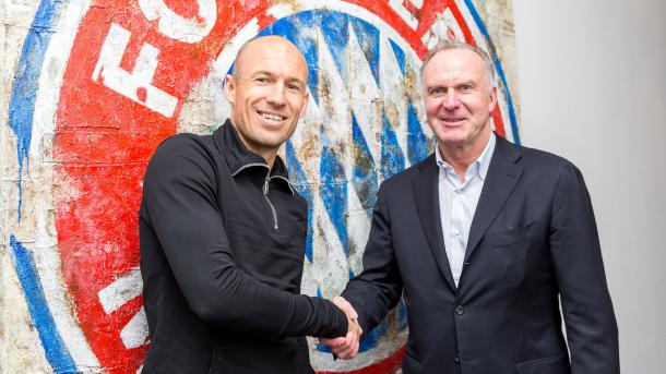 La stretta di mano fra Robben e Rummenigge, www.twitter.com (@FCBayern)