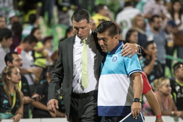 Siboldi abraza al técnico poblano al final del partido | Foto: Imago7