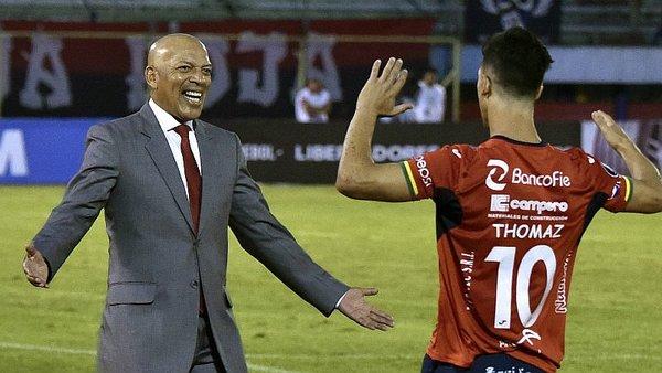 El entrenador Mosquera por abrazar a su número diez. Foto: El Bocón.