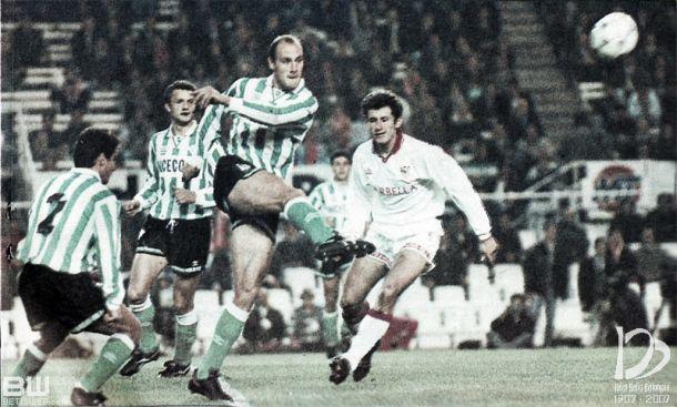 Roberto Ríos despeja el balón en un derbi. Foto: Betisweb.com