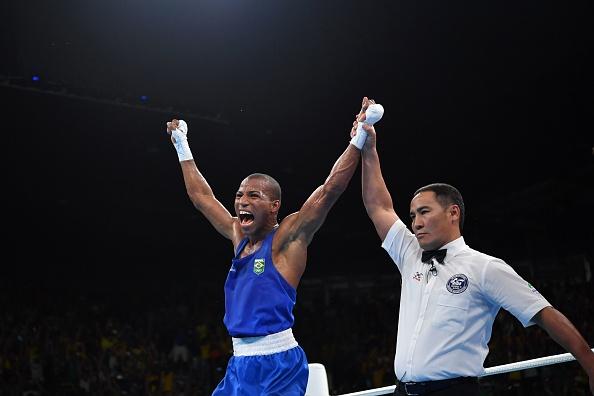 Robson Conceição comemora sua vitória sobre o tricampeão mundial Lazaro Álvarez, pelas semifinais da Rio 2016 (Foto: Yuri Cortez/AFP/Getty Images)