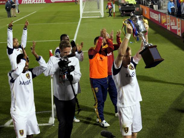 RSL levantano el trofeo (claretpapers.wordpress.com)