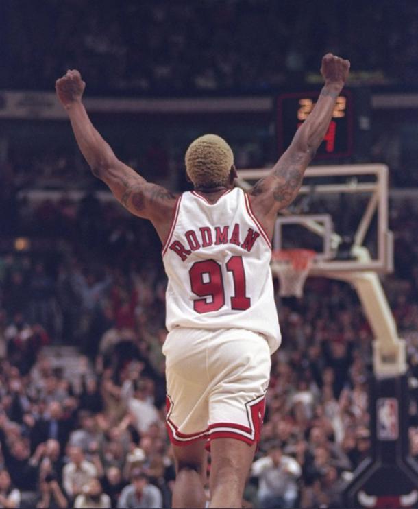 Dennis Rodman celebra una canasta con los Chicago Bulls   Foto: @chicacobulls