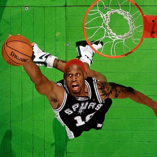 Rodman capturando un rebote durante su etapa en los Spurs   Fuente: SI.com