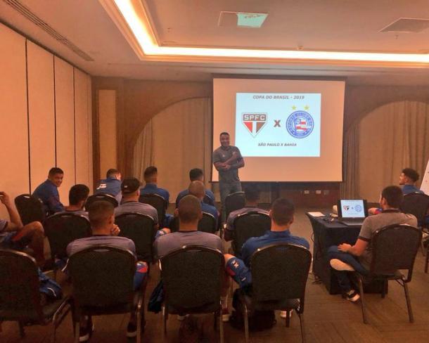 Roger palestrando aos jogadores do Bahia (Foto: reprodução / EC Bahia)
