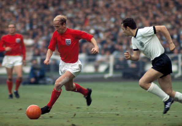 Na decisão, Charlton acabou sendo anulado pelo jovem zagueiro Beckenbauer | Foto: Rollspress/Popper Foto via Getty