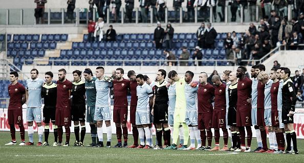 Jogadores de Roma e Lazio se unem para respeitar um minuto de silêncio, homenageando as vítimas do acidente com o avião da Chape (Foto: Paolo Bruno/Getty Images Sport)