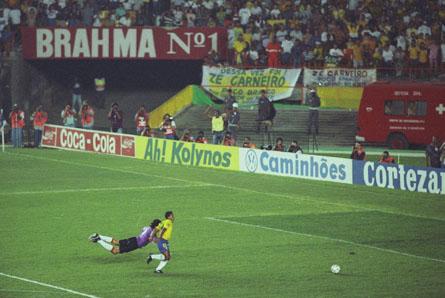 Romário deixa Siboldi para trás antes de marcar o segundo gol do Brasil (Foto: Agência AFP)
