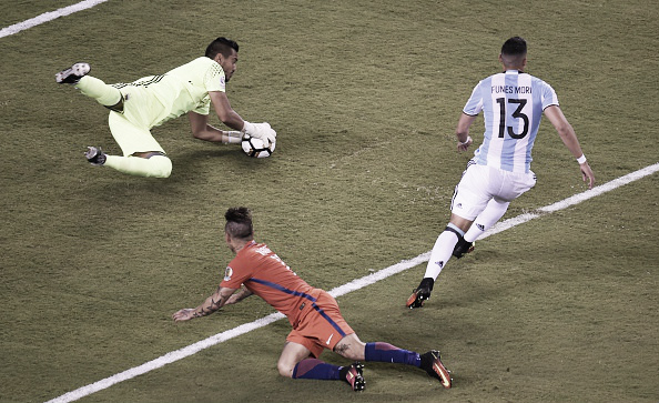 Romero holds onto Eduardo Vargas' close-range header | Photo: AFP/ Don Emmert