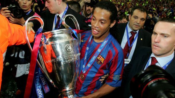 Ronaldinho con la orejona. | Foto:UEFA