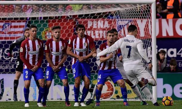 Ronaldo carica la sua proverbiale punizione nel match d'andata. Fonte foto: Getty Images.