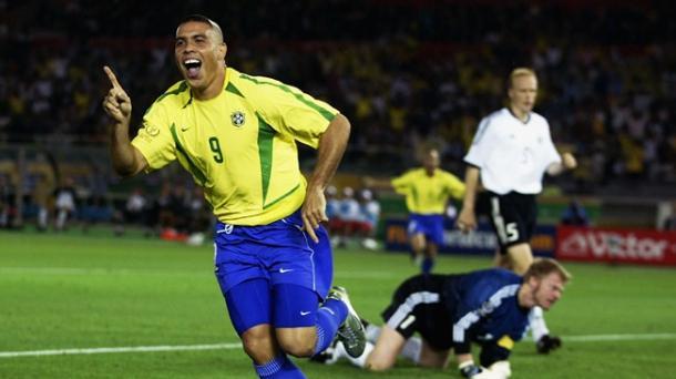 Ronaldo Nazário celebra uno de sus goles en la final | Imagen: FIFA